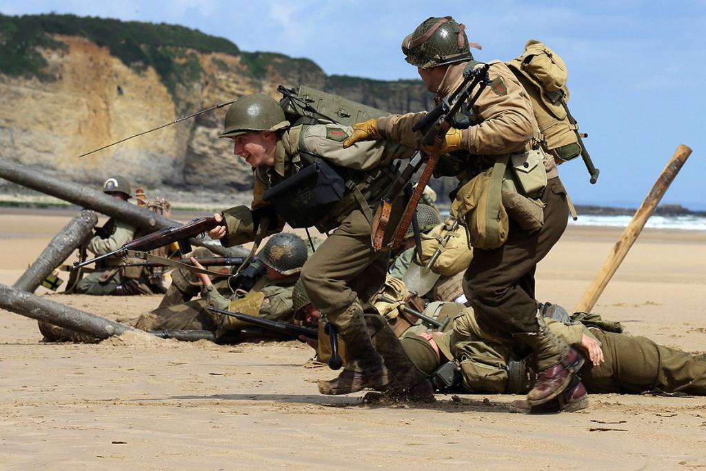 Nádherné prostředí, skvělá výstroj i výzbroj. Voják s radiostanicí se ovšem usmívá a tím je celé kouzlo akce v háji.