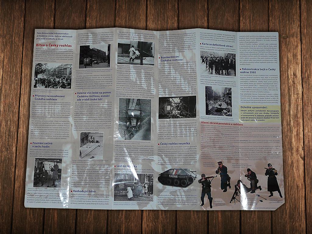 Rozevřený propagační leták s informacemi a historii boje o Rozhlas z roku 1945.