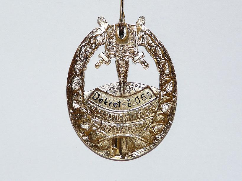 Rub odznaku Bojovník rozhlasu, který byl vyroben přesně dle původní předlohy z roku 1945. Odznak dostalo 100 vybraných účastníků rekonstrukce boje o rozhlas.
