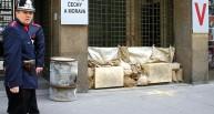 Vstup do budovy rozhlasu plně pod kontrolou české policie