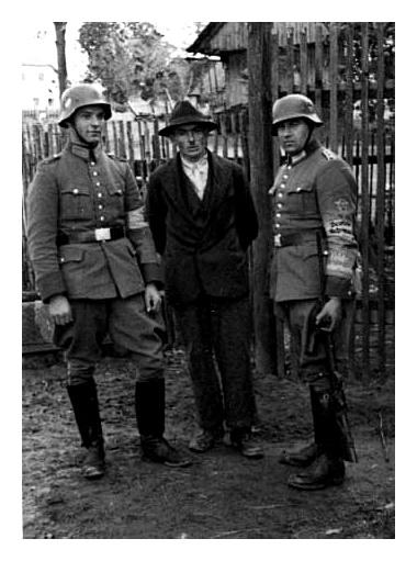 Členové jednotek Ordnungspolizei, přiřazení ke službě u Feldgendarmerie. U četníka vpravo si můžete povšimnout zajímavé záležitosti. Oblečen je do policejní uniformy. Na levé ruce má rukávovou pásku Feld-Gendarmerie a nad ní rukávovou pásku Deutsche Wehrmacht.
