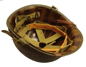 Linér pěchotní přilby M1 pro porovnání.